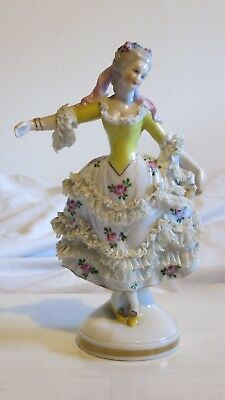Capodimonte ? Figurine of woman. With damage.