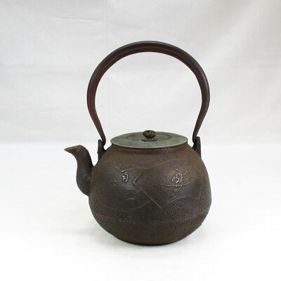 H835: Popular Japanese old iron kettle TETSUBIN with very good relief pattern