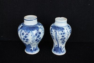 Two Kangxi / 18th mini vases with Grapes decoration Chinese export