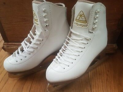 Jackson Mystique ice skates with diamonte detail on laces.  Size UK2.