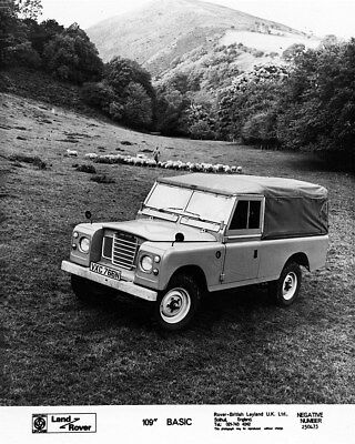 1969 ? Land Rover 88 Hardtop & Model with Rifle Factory Photo cb1045