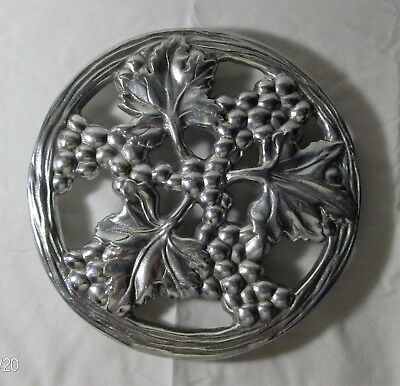 "Preowned Metal Grape Vine Pattern Trivet/ ""The Wilton Co."""