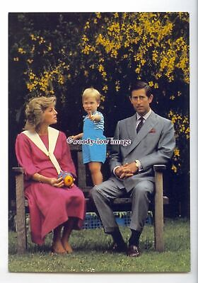er0179 - Charles & Diana sat on a Garden Bench with Prince William - postcard