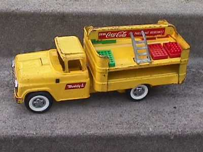 BUDDY L c1960 Coca-Cola Yellow METAL Delivery TRUCK +3 Cases BOTTLES, Hand truck