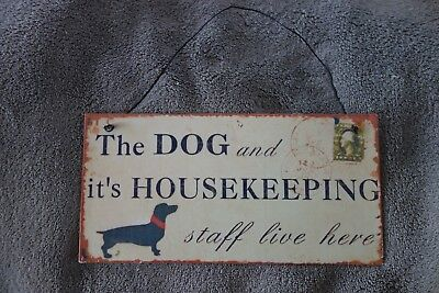 Blechschild Wand Bild Dackel The Dog And It's Housekeeping Staff Live Here 20 cm