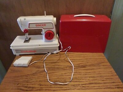 VINTAGE SINGER LOCKSTITCH Sewing Machine Battery Operated Children's Delectable Sewing Machine Battery Operated