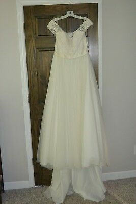 Gorgeous David's Bridal Tulle and Lace Wedding Gown Ivory Size 12 WG3741
