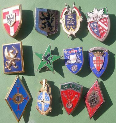 LOT 12 INSIGNES DIFFERENTS dont lancier , chasseur etc