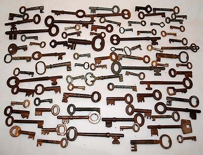 Lots of vintage collectable keys