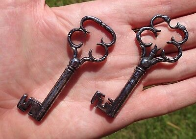 Two excellent 17thC wrought iron / steel furniture keys with decorative bows
