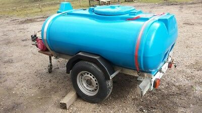 Water bowser with bulldog clamp and hitchlock