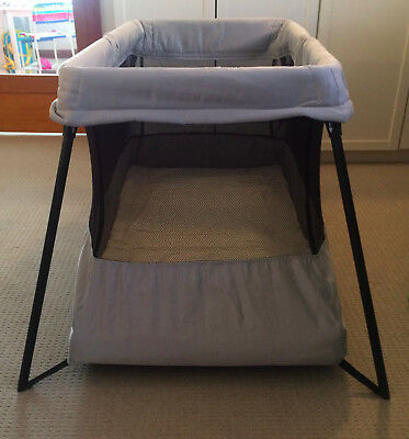 Baby Bjorn Travel Cot Light - Grey with Black Mesh