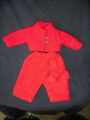 alte Puppenkleidung: rote Jacke mit roter Hose