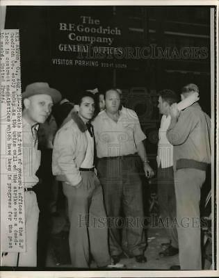 1952 Press Photo Picketers in front of the offices of B.F.Goodrich company
