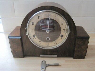 VINTAGE MANTEL CLOCK IN WOODEN CASE. 14 cm.  HEIGHT:  22 cm.