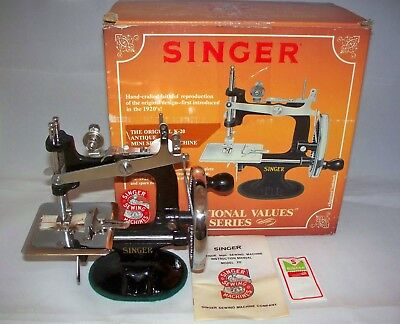 Singer Model K - 20 Toy Sewing Machine Compete In Box