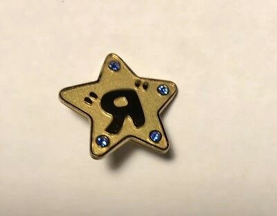 """TOYS  R US GOLD STAR /""""R/"""" COLLECTABLE  EMPLOYEE PIN NEW IN PACKAGING UNOPENED"""