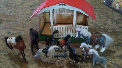 BREYER 3 STALL BARN STABLE and lots of horses