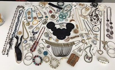 A Fine Antique And Vintage Job Lot Of Costume Jewellery Necklaces.