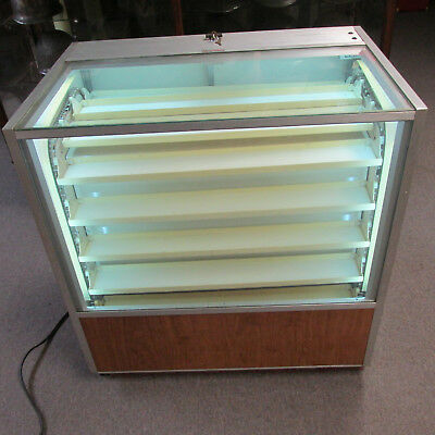 Berg motion display case showcose