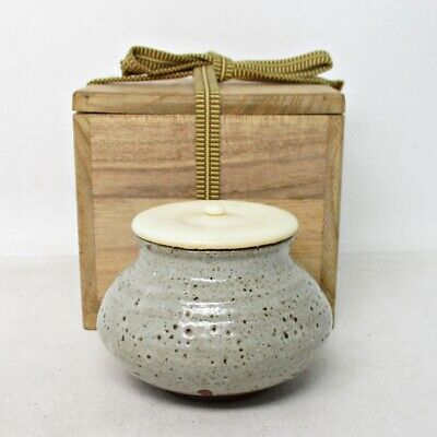 D371: Japanese tea caddy of old KARATSU pottery with good atmosphere.
