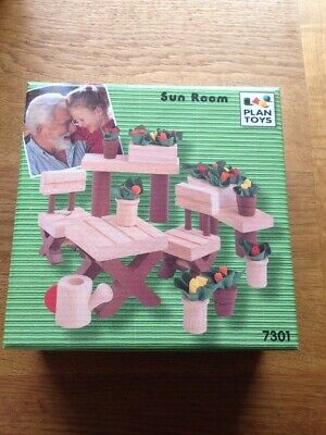 Plan Toys Dolls House SUN ROOM / PATIO / GARDEN FURNITURE+FLOWERS 7301 Brand New