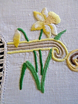 SUNSHINE DAFFODILS Vintage Heavily Hand Embroidered Table Centre Doily