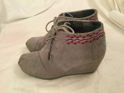 dec6e0c60a4 TOMS DESERT WEDGE Gray Suede Ankle Boots Women s Size 6 -  10.99 ...