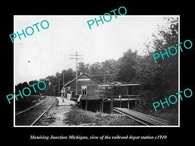 OLD LARGE HISTORIC PHOTO OF MUNISING JUNCTION MICHIGAN, THE RAILROAD DEPOT c1910