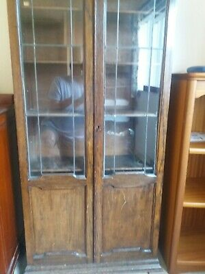 Antique oak 1920s bookcase/display cabinet with leaded glass doors