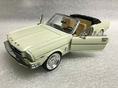Ford Mustang Convertible 1964 1/2 SIGNATURE light yellow 1:22 Die-cast Car S7711