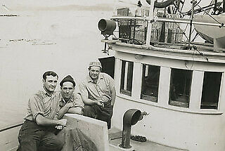 Photo:View of the [Cape Blanco?] and crew 421