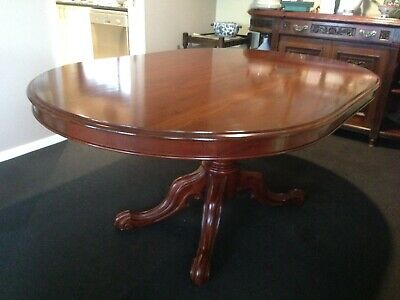 Oval Dining table seats 6 comfortably