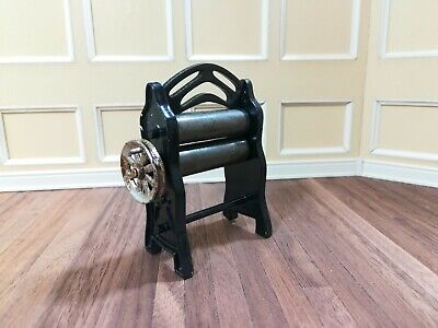 Dollhouse Miniature Mangle Clothes Wringer Dryer 1:12 Scale Turning Handle