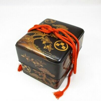 E561: Traditional Japanese storage box of old lacquer ware with very good MAKIE