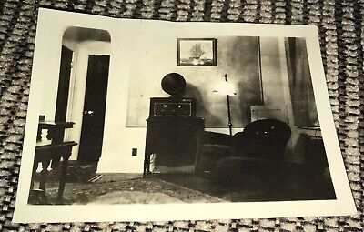 1920 photo of early radio with horn in parlor world war 1 era