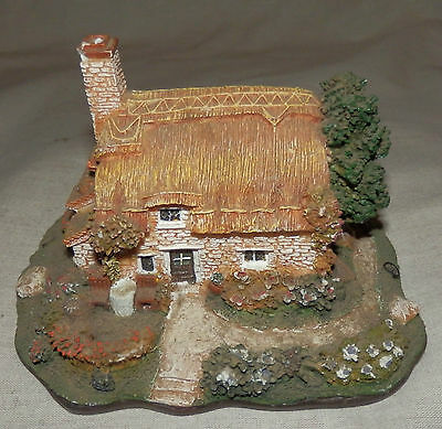 Lovely ornamental cottage in Lilliput Lane style