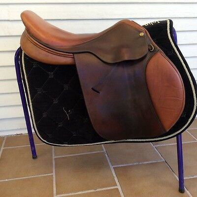 Jumping Saddle, Dover Circuit, med gullet 17 inch  *** FREE POSTAGE ***