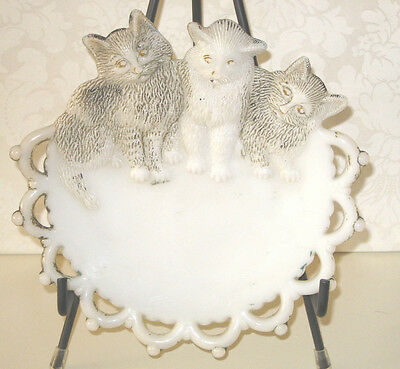 ANTIQUE ESTATE Westmoreland MILK GLASS PLATE WITH TRIO OF CATS - PAINT LOSS