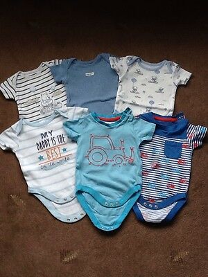 BABY BOYS 6 x BODYSUITS VESTS TRACTORS WINNIE THE POOH 0-3 MONTHS EX.COND'