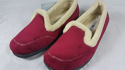 Womens Slippers in Burgundy size 5 with memory foam insoles