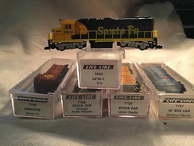 N Scale Life-Like Santa Fe GP-38 Diesel and four cars set