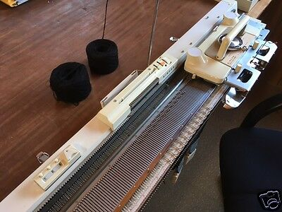 Vintage Singer Knitting Machine - Excellent cond, knits smoothly