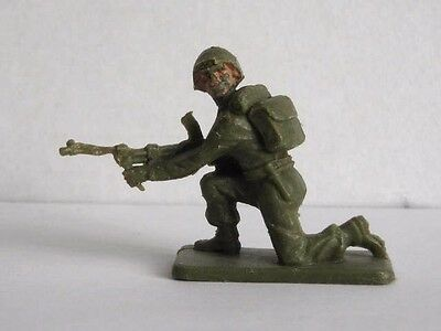 1 x CRESCENT # K4. BRITISH INFANTRY 1960's PLASTIC TOY SOLDIER.  1/32 SCALE