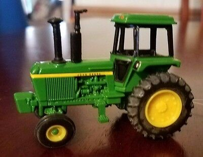 NWT mini JOHN DEERE Collectible tractor diecast and plastic 1:64 scale