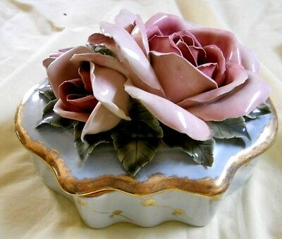 HOBE porcelain Dresser Box with Cover / decorated with Roses - must see