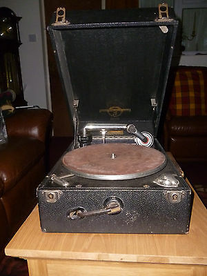 Antique Colombian wind-up gramophone + 78 records