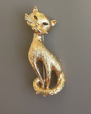 Adorable Vintage Signed Monet Siamese Cat Brooch In Gold Tone Metal.