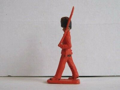 1 x CRESCENT # G5. BRITISH GUARDSMAN MARCHING 1960's PLASTIC TOY SOLDIER .. 1/32