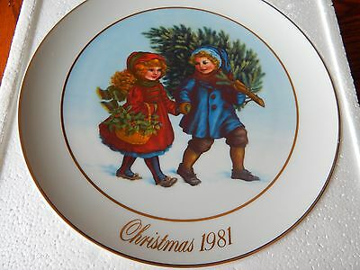 """1981 First Edition """"Christmas Memories"""" Avon Collector Plate 9"""""""